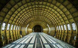 Gestript vliegtuig interieur van