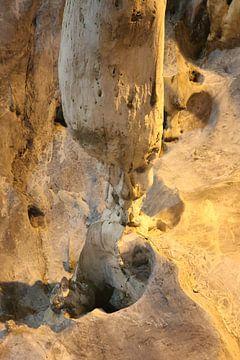 Ein Gnom hockt unter einem Stalaktit in einer Tropfsteinhöhle. von kall3bu