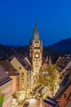 Martinstor in Freiburg im Breisgau, 's avonds van Werner Dieterich