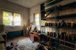 Skiausrüstung in verlassenem Raum