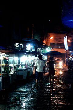 Verliefd koppeltje op regenachtige Aziatische nachtmarkt van André van Bel