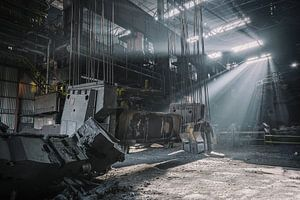 Sonnenstrahlen in einer verlassenen Stahlfabrik
