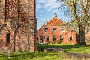 Oude boerderij bij de historische kerk van  Krewerd, Groningen van Marc Venema