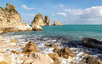 Baai aan de Golf van Castellammare, Scopello, Trapani, Sicilië, Italië. van Mieneke Andeweg-van Rijn