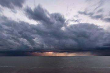 Onweer en Bliksem boven Het water van Brian Morgan
