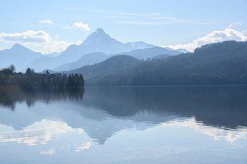 Weissensee, idyllischer See im staubigen Morgenlicht vor den blauen Bergen der bayerischen Alpen bei von Maren Winter