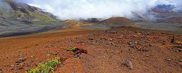 Vulkaankrater in de mist van