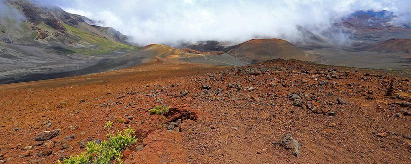 Vulkaankrater in de mist van Antwan Janssen