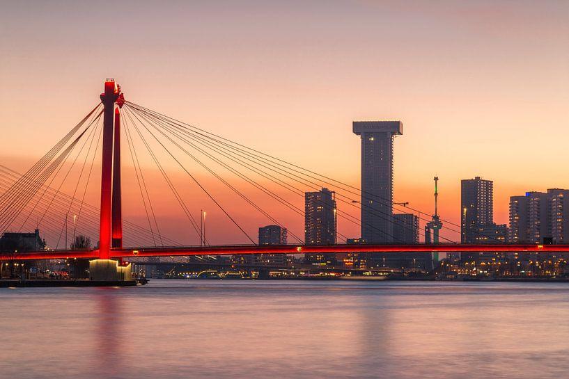 Willemsbrug bij zonsondergang van Ilya Korzelius