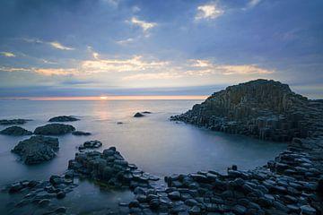 De Giant's Causeway in Noord Ierland, vlak voor zonsondergang. van Roelof Nijholt