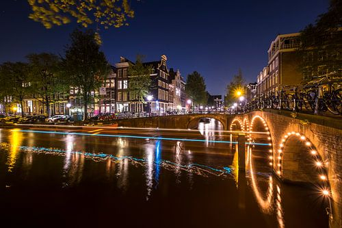 Herengracht en Blauwburgwal met lichtstrepen van een passerende rondvaartboot