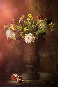 Stilleven met voorjaar bloemen en granaatappel. van Saskia Dingemans