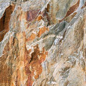stenen wand in steengroeve in portugal van Hanneke Luit