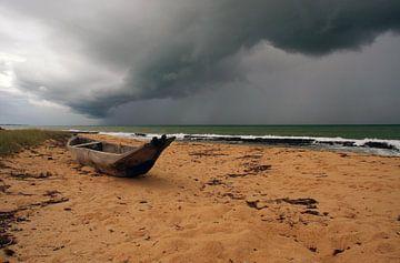 Verlaten boot op Braziliaans strand.  van Loraine van der Sande