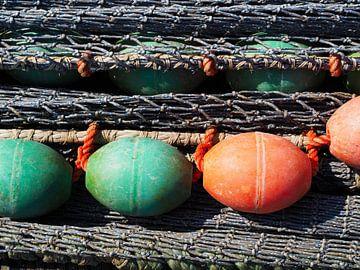 Visnetten met boeien in de haven van Lauwersoog van Helene Ketzer