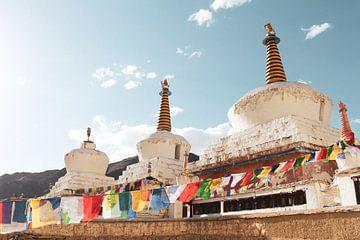 Stupa's en Tibetaanse gebedsvlaggen bij klooster in Ladakh van yourtravelreporter