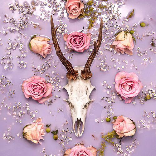 Herten gewei - stilleven met pastel bloemen.