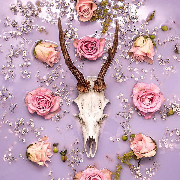Herten gewei - stilleven met pastel bloemen. van Nikki Segers