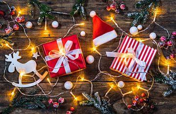 Kerstcompositie met geschenkdozen, kerstmuts, rendier en glimmend licht van Alex Winter