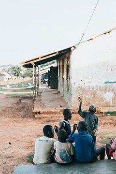 Die Kinder in Uganda sind nach der Schule unterwegs. von Milene van Arendonk