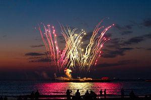 Vuurwerk op zee vanaf het strand van