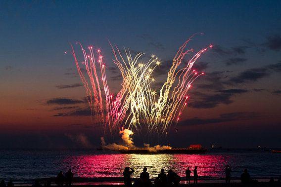 Vuurwerk op zee vanaf het strand