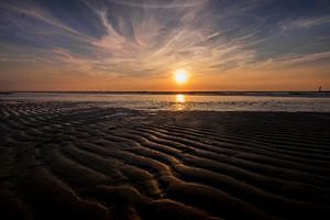 Zonsondergang op strand in Zeeland