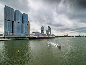 Uitzicht vanaf de Erasmus Brug in Rotterdam van Luc de Zeeuw