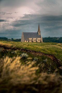 Église d'Etretat, Normandie au coucher du soleil. sur Tom in 't Veld