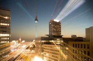 Berlijn - Fernsehturm op Alexanderplatz bij nacht