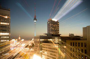 Berlijn - Fernsehturm op Alexanderplatz bij nacht van