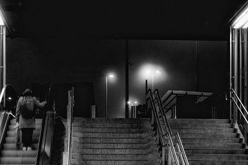 Vrouw verlaat station Kortrijk bij nacht van Studio Kunsthart