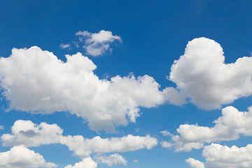Blue sky with white clouds sur Ben Schonewille