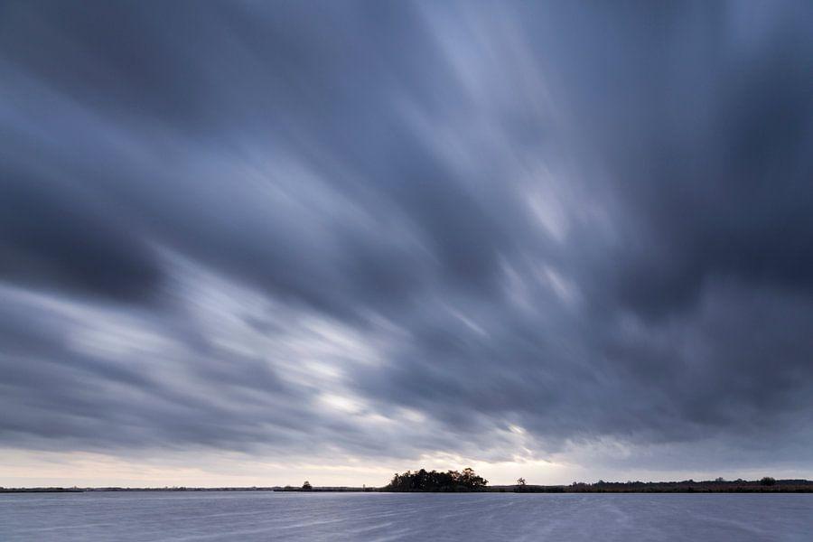 Dreigende wolkenlucht boven het Leekstermeer in Groningen / 2014