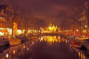 Stadsgezicht van Amsterdam bij de Nieuwmarkt in Nederland bij nacht