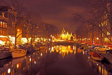 Stadsgezicht van Amsterdam bij de Nieuwmarkt in Nederland bij nacht van