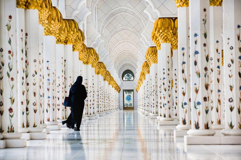 Femme dans la galerie de la Grande Mosquée Sheikh Zayed à Abu Dhabi sur Frans Lemmens