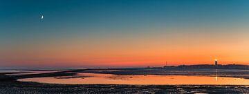 Panoramablick auf einen Sonnenuntergang mit den Brandaris auf Terschelling von Henk Meijer Photography