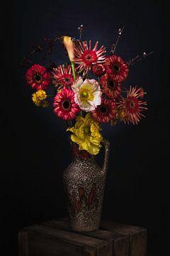Stilllebenbild mit roten und gelben Blumen in einer Retro-Vase von MICHEL WETTSTEIN
