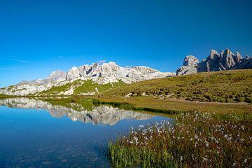 Weerspiegeling van de Dolomieten Sesto in het meer van Leo Schindzielorz