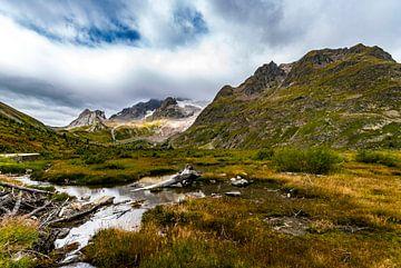 Desolaat landschap tussen de ruige bergen bij Courmayeur in de Val di Aosta in Italie van Thijs van Laarhoven