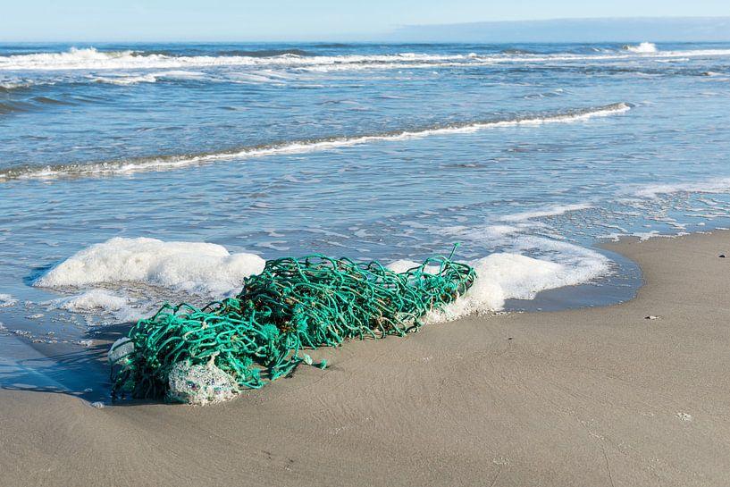 Groen vissersnet op het strand van Tonko Oosterink