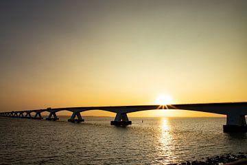 Die Zeelandbrug mit Sonnenaufgang. von Gert Hilbink