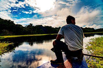 Op de uitkijk op een boot aan de Amazonerivier rondom Iquitos, Peru van John Ozguc