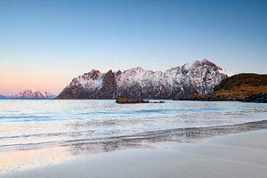 Coucher de soleil sur la plage de Hovden à l'archipel de Vesteralen