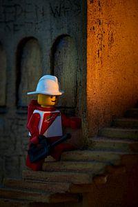 Lego pop op een stenen trap van Jenco van Zalk