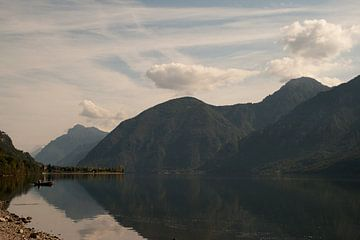 Het Idro meer na zonsopkomst von Marco de Groot