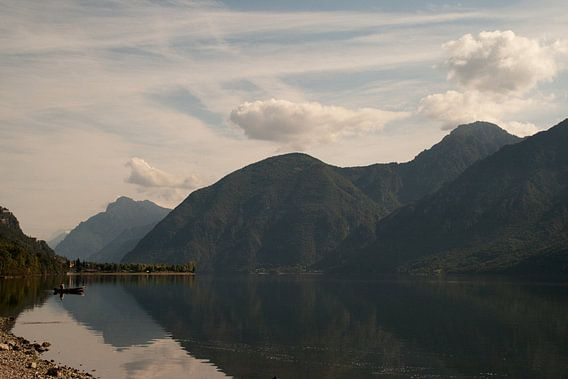 Het Idro meer na zonsopkomst