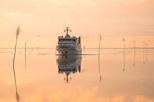 Schiff bei Windstille am Meer
