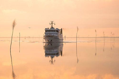 Schiff bei Windstille am Meer von